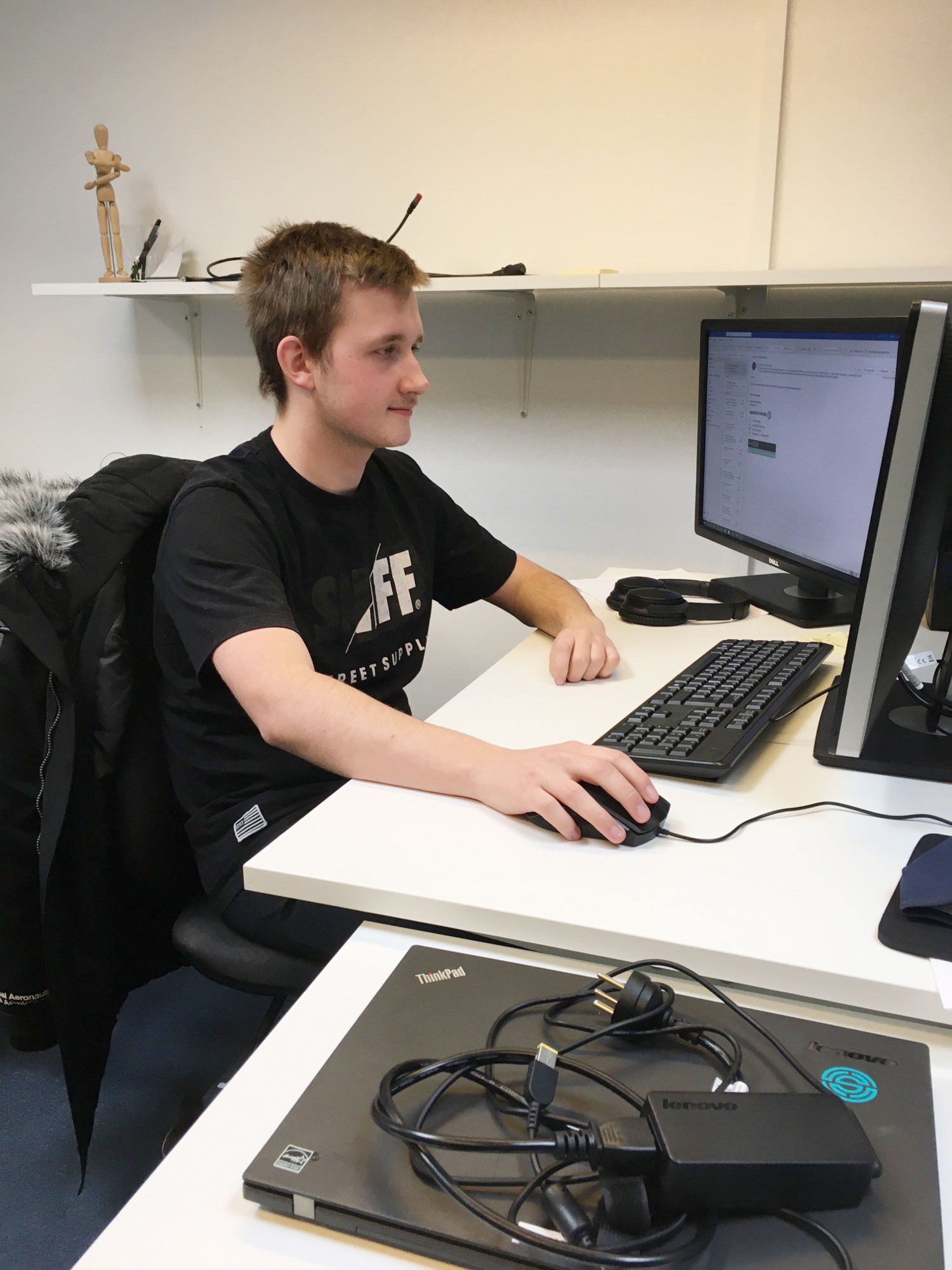 Jordy ved computer