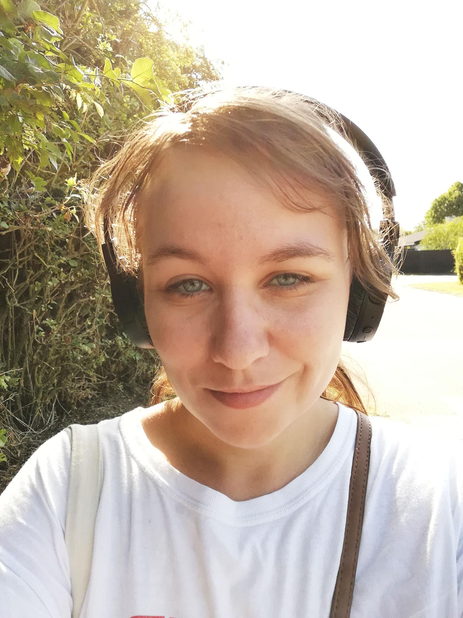 Julie-med-høretelefoner